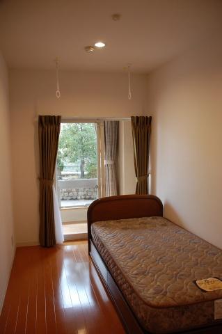 居室は、5.8~6.6畳大で、ベッド、エアコン、収納類が備わる。入居者の要望があれば、ベッドを取り外して部屋を広く使うことも可能。部屋干し用のポールも設置