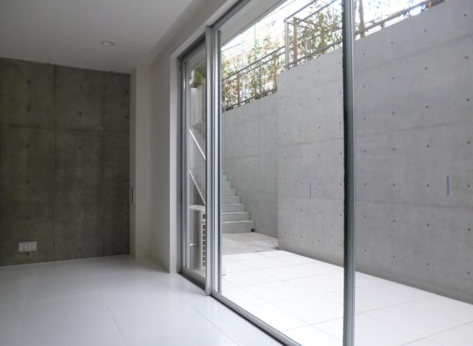 逆梁工法を採用して、天井近くまである大きなサッシに。地下ながら採光を十分に確保している