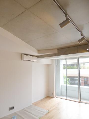 天井をあえてむき出しにして、高さを出している。トップライトを設置するなど、デザインチックに演出