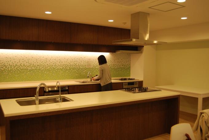 内装はホワイトと淡いグリーンですっきりとしたデザイン。スペースもゆったりつくってあり、着席なら20人、立食なら30人でのパーティーが可能