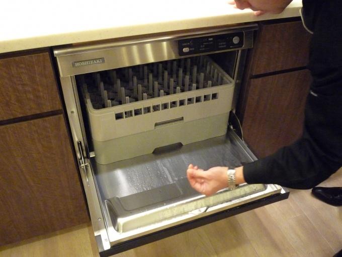 業務用の食器洗い洗浄機も備え付けてある