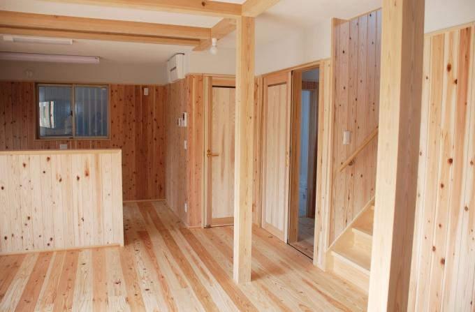 居室は無垢材がこれでもかとあしらわれている。ドアなどもすべてこの物件のために仕立てられたものだ