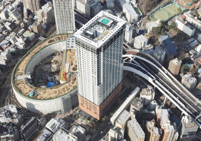 再開発エリア空撮。「クロスエアタワー」は、足元に公共施設と商業施設、共用施設が入るため、住戸のほとんどが11階以上となり、前面もジャンクションがあるため、低層部でも日照が保証される