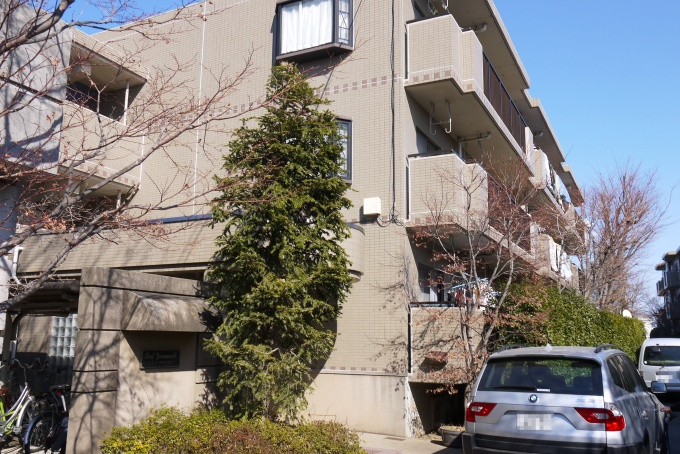 (3)5億円超の借金をして建てたマンション。右奥に見えるのが同時に建てたもう一つの棟。当初想定していた家賃で入居者がついたのは新築の時のみで、「青ざめる思いがしたよね」(K氏)。