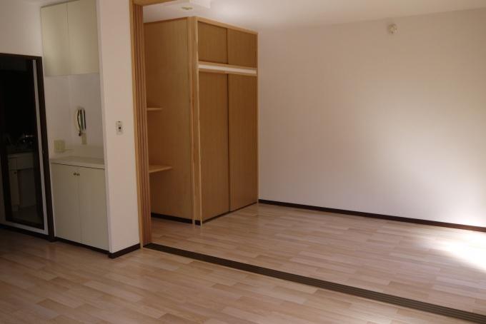 和室から洋室へのリノベーションも実施している。写真は可動間仕切りを付けて、広いリビングとしても、仕切って居室をつくることも可能とした部屋。