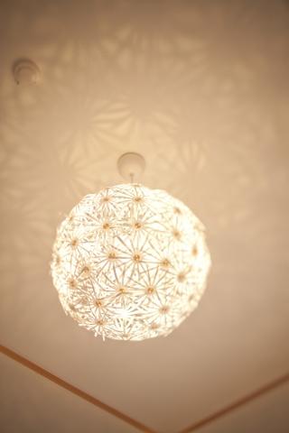 和室の照明。壁や天井に模様が浮かびあがるものを使用するだけで、ガラっと雰囲気が変わる