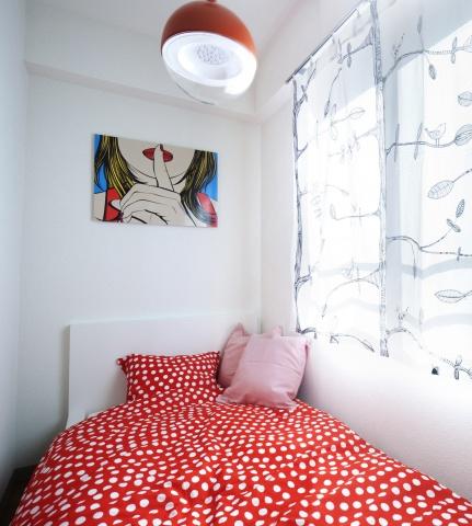 """子供部屋のベッドスペース。枕側はちょうど柱の壁があるため、外からも見えない。""""秘密の小部屋""""のようなイメージ"""