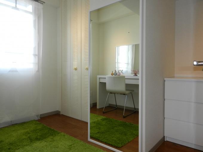 """玄関側にある""""でっぱり部屋""""は「ワードローブ部屋」として一部屋を使うという、思い切った提案をしていた。柱部分にジャストサイズの鏡を設置することで、でっぱりを生かした形に"""