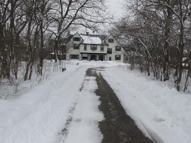 門からドライブしてゆくと、54エーカーの広い敷地内の正面にラグディールの中心である屋敷が現れる(イリノイ州レイクフォレスト市 以下同)