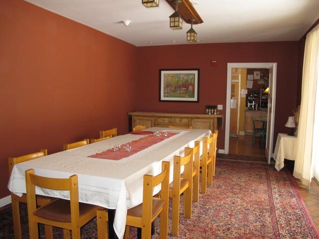 夕食にはアーティスト全員が食堂に集まりおしゃべりしながら親交を深める。夕食は毎晩違ったメニューがシェフによって料理される
