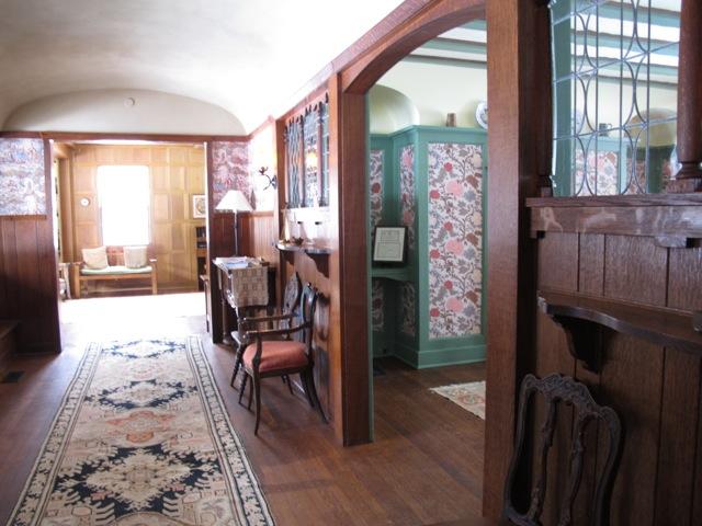 ラグディールハウスが建てられた1897年にはまだ電灯がなかったのだろうか?ダイニングルームには美しいガラス細工が取り付けられ、明かりとりになっている(イリノイ州レイクフォレスト市 以下同)
