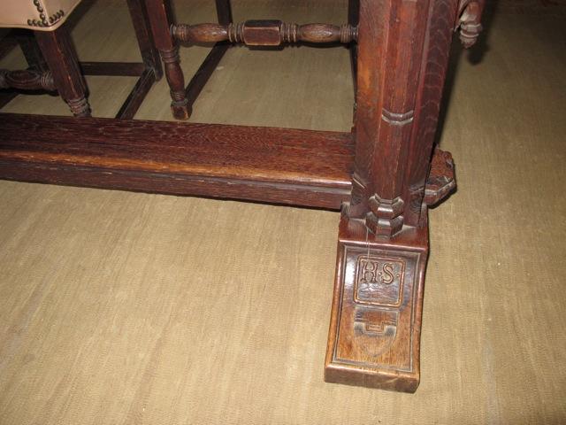 ダイニングルームの重厚な手作りのテーブルの足にはH.S.のイニシアルが彫り込まれている
