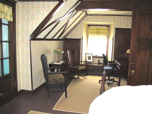 アーティストインレジデンスが滞在する寝室。当時の工芸品と共に、面影をできるだけ残すような改修がなされた