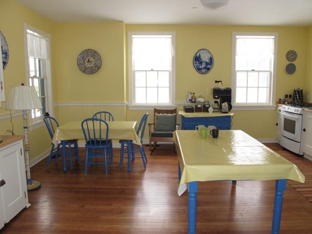 アーティストインレジデンス達が朝食をとる食堂。好きな時間に来てお茶を飲んだり、息抜きもする