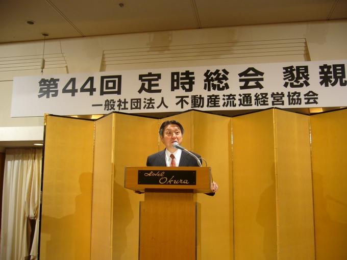 「不動産流通におけるサービス体制の整備を諸団体や行政と協力しながら進めていく」と話す竹井新理事長