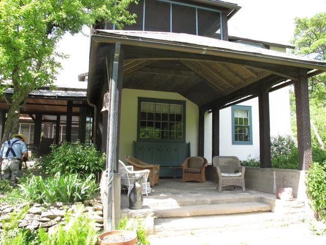 籐椅子が置かれ、本を読んだりゆったり寛げるラグティールハウスの南側。園丁さんが丁寧に庭の手入れをしていた