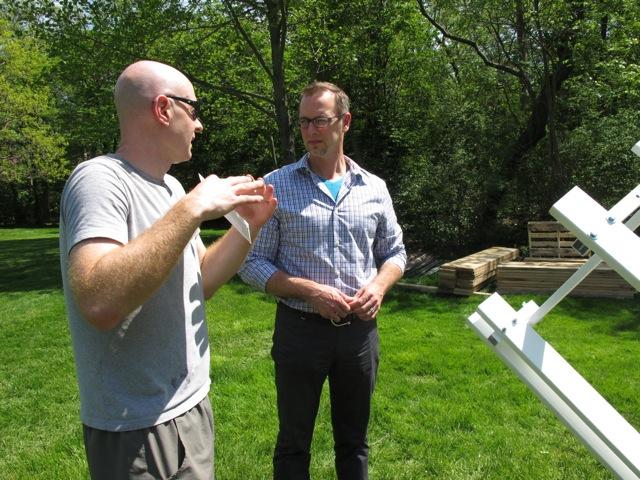 国際コンペ「リング・プロジェクト」で選抜された建築家のステファン・リー氏(左)。右は進行具合を聞くミューセン氏