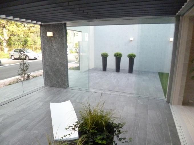 室内とつながっている半外空間のテラス