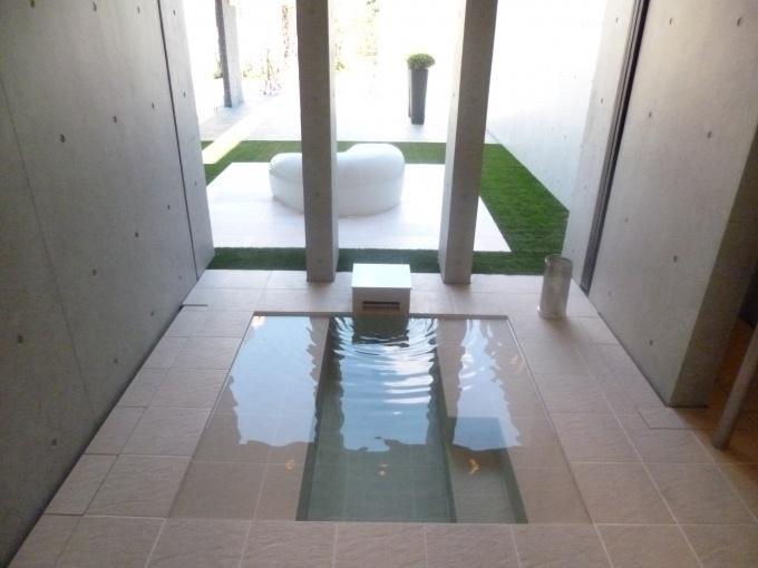 庭とテラスにつながっている半外風呂