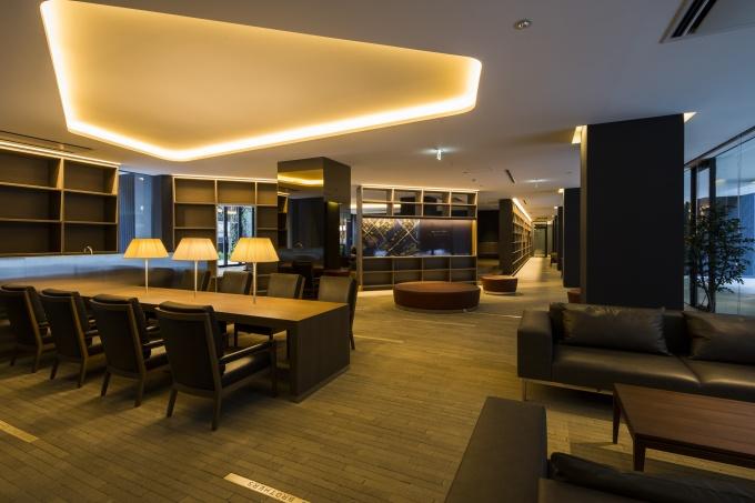 1階のライブラリーラウンジはくつろぎながら読書や談話ができる空間に。靴を脱いで使用するスペースのため、フロアには床暖房を導入した