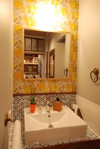 洗面台も華やかな花柄の壁紙とタイル仕上げで明るい雰囲気。洗面ボールも刷新