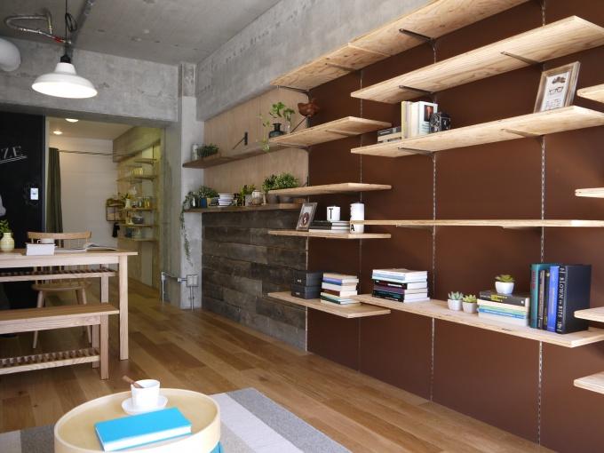「カスタマイズUR」モデルルーム。壁のクロス替え、棚設置など、具体的な手法を見せながら提案している