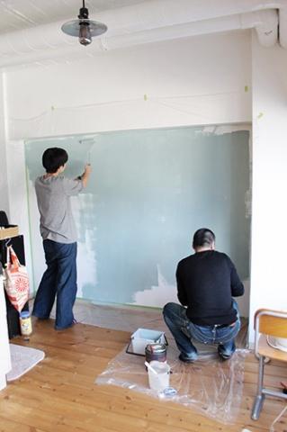 入居者とともに塗装を行なった(写真提供:(株)スペースRデザイン)