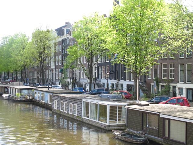 運河に浮かぶ沢山のハウスボート(オランダアムステルダム市)
