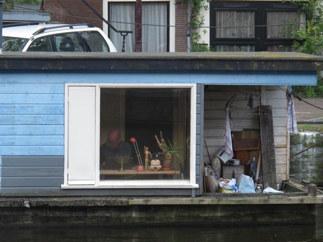 小物から想像するとイラストレーターかデザイナーか?ハウスボートをオフィスとして使っているのかもしれない(オランダアムステルダム市)