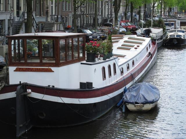 付属の小さなボートでちょっとした買い物などに出掛けるのだろうか?(オランダアムステルダム市)