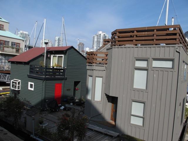一戸建て住宅と何ら変わりのないハウスボートだが、ゆらゆらと水面に浮いている。ハウスボート、というよりもフローティングホームであろうか?(カナダ バンクーバー市)