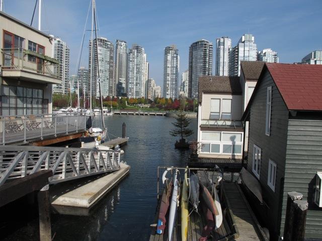 沢山のサーフボードが並べられているハウスボート(カナダ バンクーバー市)