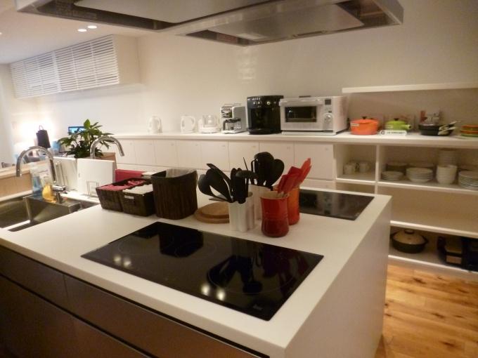 """コミュニケーションの""""ハブ""""となるキッチンは、対面式で会話を楽しみながら料理できる仕様に"""