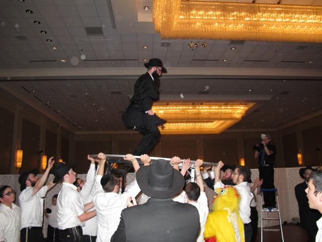 皆にかつがれて踊る花婿
