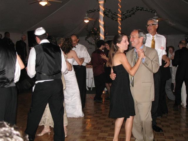 結婚式にダンスはつきもの。父親と踊る花嫁の姿が中央に見られる