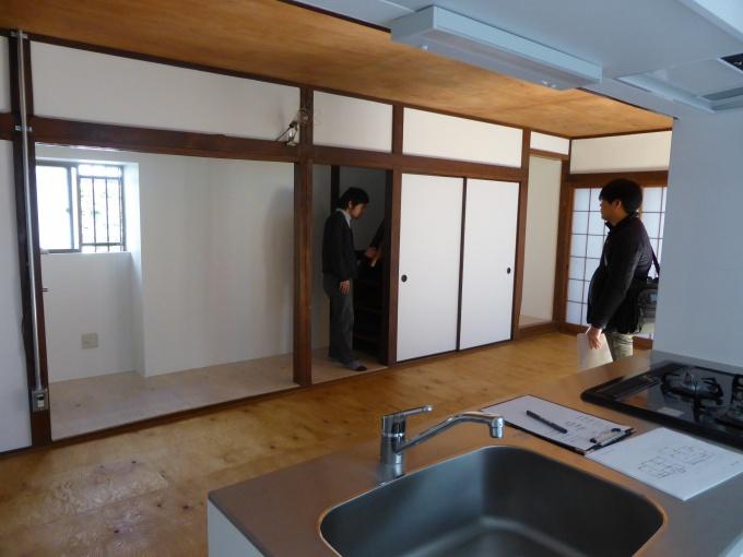 メゾネット1階のLDK。中心部分は既存を極力生かし、木造の風合いを残しつつ、周囲の壁などは白くする、設備は一新するなどすることで、清潔感のある空間に