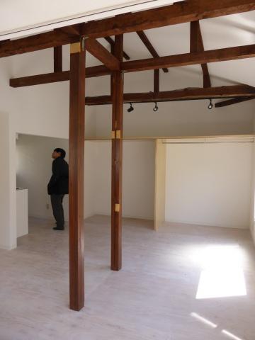 外階段より入る2階ワンルーム。6畳二間の和室を一続きにした。天井をあらわしとすることで、柱と梁が一体となって木造ならではの風合いを感じる空間に