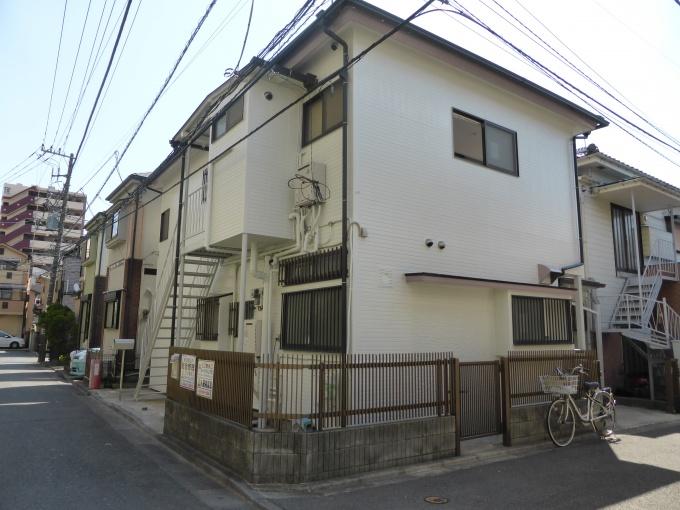 「Renatus」外観。左に見える外階段がもともとあったことで、戸建住宅を2戸に分けて賃貸アパート化する計画が実現できた
