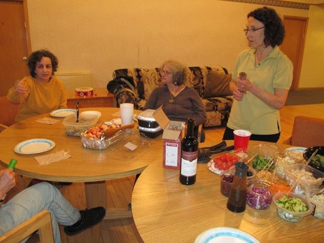 持ち寄った料理の数々とワインで楽しい夕食。左からライラック、詩人のジュディス、彫刻家のジョイス