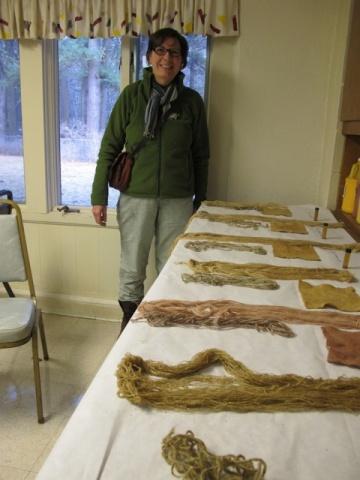 森の植物を集めて染料を取り、フェルト、布、糸に染め付けたパメラ