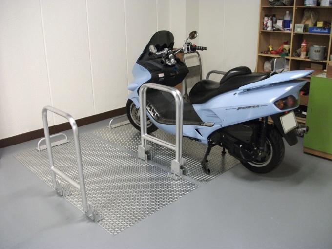 バイクを仕切る「シェロープレート」のおかげで、東日本大震災のときもバイク転倒事故が起こらず被害ゼロだったという