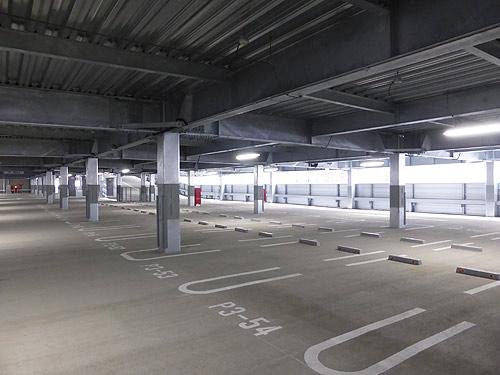 1~4階フロアに直接接続する自動式駐車スペース。各階2ヵ所で電気自動車の普通充電にも対応