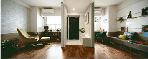 """モデルルームFタイプ。洋室の2枚引き戸を開放することで廊下とつなぎ合わせ """"第2のリビングルーム""""として一体的に利用することができる"""