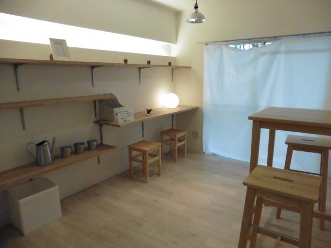 壁には棚を設けて間接照明を設置。棚はさまざまな用途に対応できるつくりにしている
