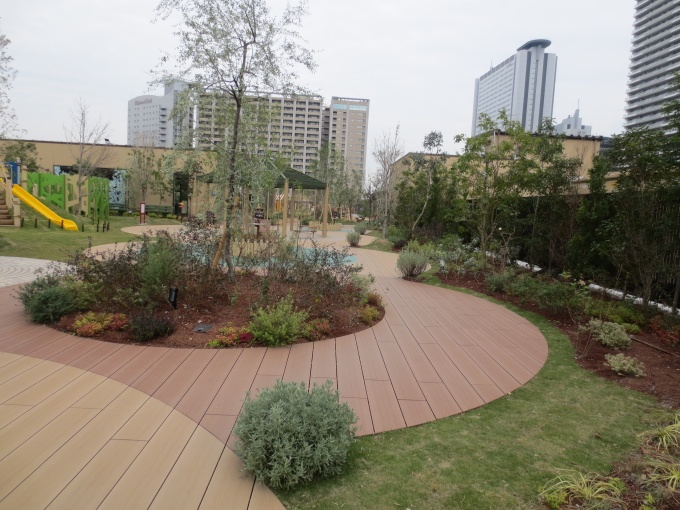 日本最大級となる約4,300平方メートルの屋上庭園やフォトスポット、多目的スペースなど、共用スペースを数多く設けた