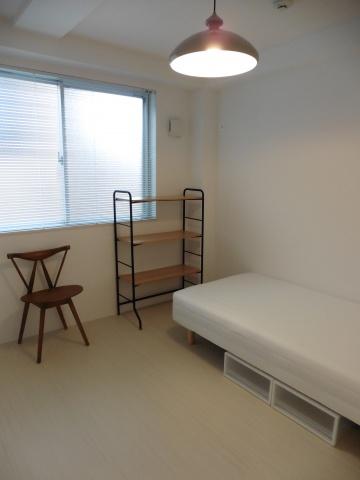 各部屋にはデザイン違いのお洒落な家具を設置