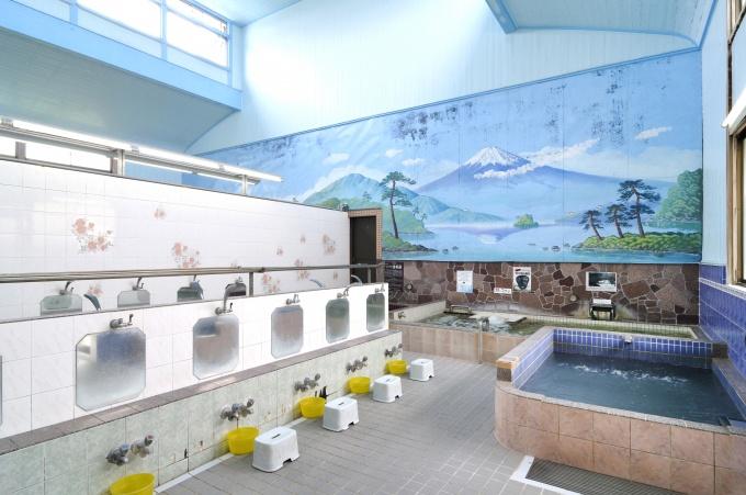 たちばな湯の内部。正統派の「富士山を眺めながら入れる」銭湯だった