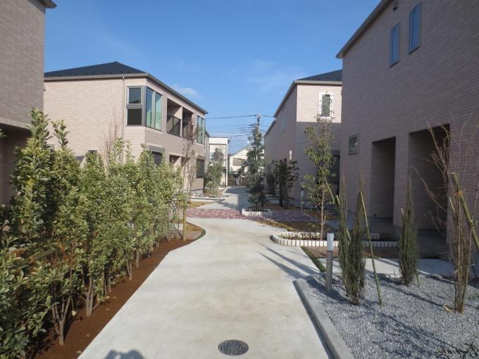 敷地中央部を貫く、回廊状のコミュニティスペース「ポケットパーク」。賃貸住宅としては異例のふんだんな植栽に彩られ、住民同士、住民と地域住民とのコミュニティの場として機能する