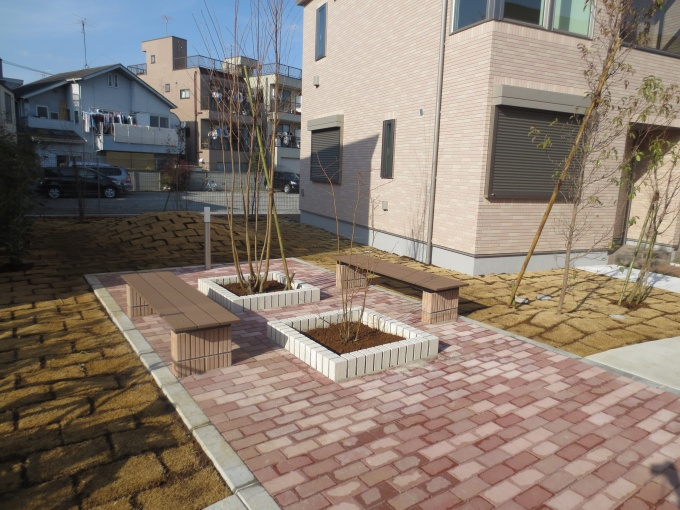 憩いの場としてのベンチと、子供たちが遊びまわれる小高い芝生スペースも設置