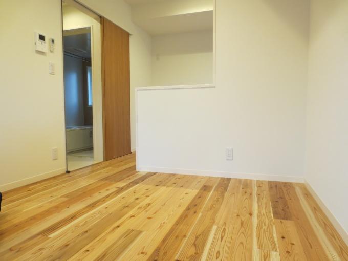 住戸は、管理会社の意見を徹底的に盛り込み、子育て入居者のニーズに応える仕様とした。フローリングは岡山県西粟倉村の間伐材の無垢材。足ざわりが良く、経年により風合いが増す